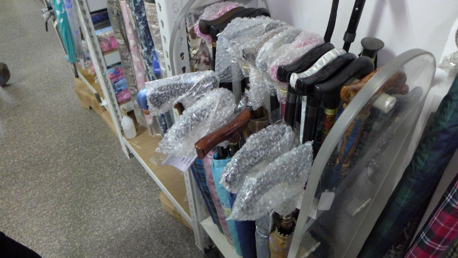 兼具拐杖與雨傘功能的「分離式拐杖傘」