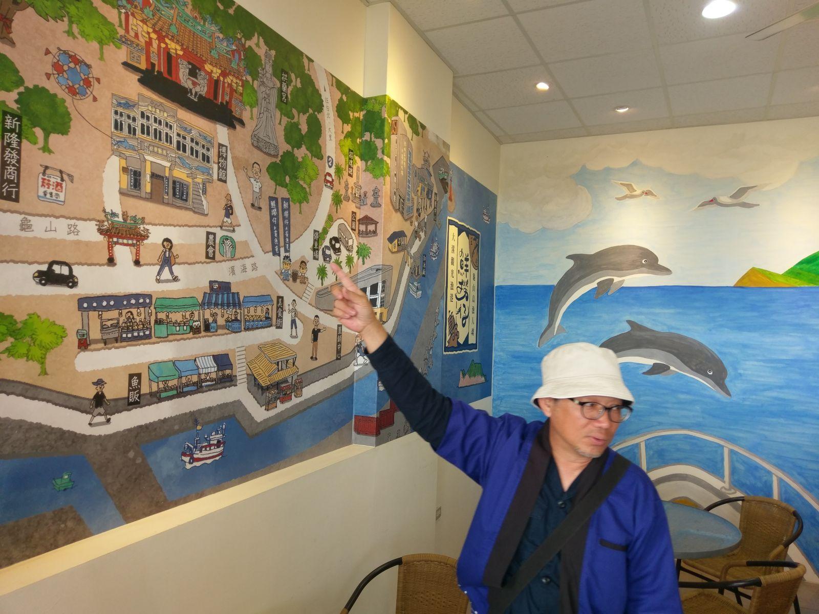 宜蘭蘭調計畫導覽人員解說牆上漁港路線圖