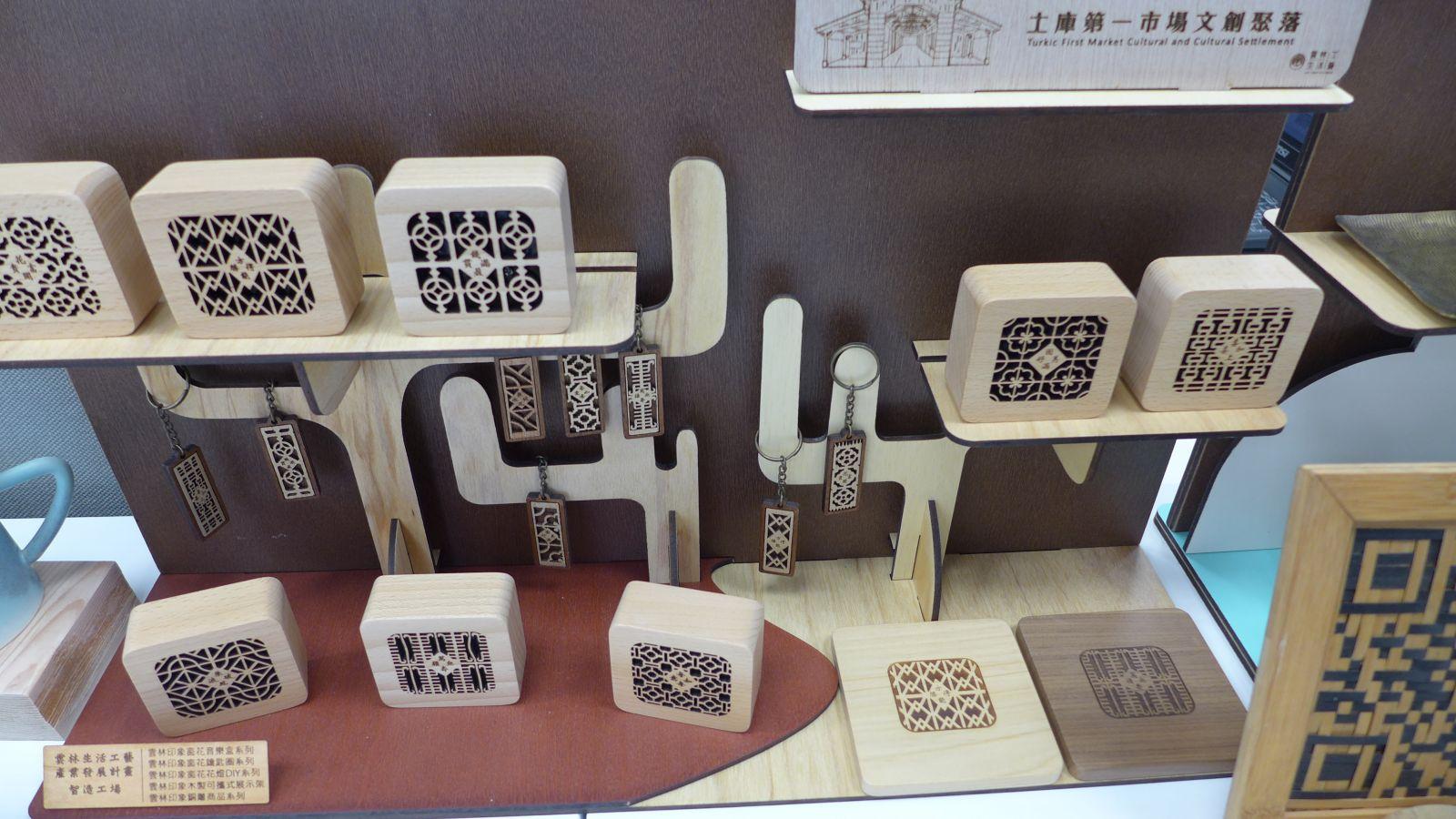 運用雷射雕刻技術,將古樸鐵窗花元素刻畫於木質音樂盒上。