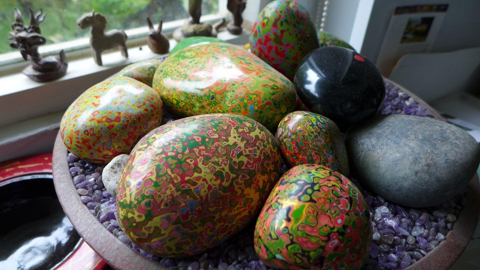 色彩豐富的漆藝石,每一顆石頭因彩漆塗抹順序,以及拋磨力道角度不同,而有不同的變化