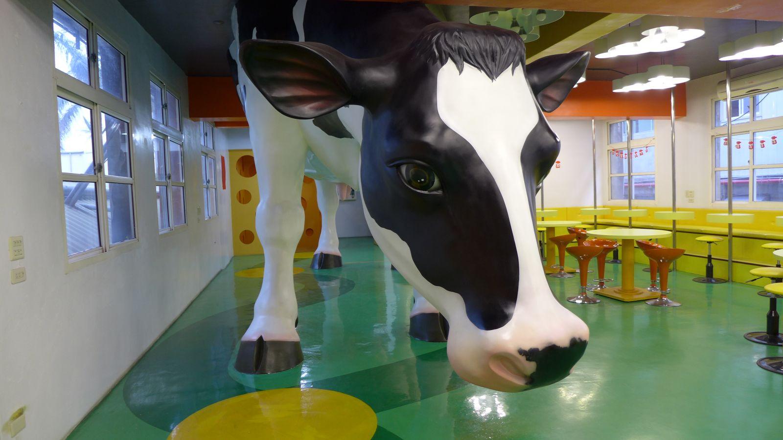 中港溪下游四鄉鎮美食遊憩產業,四方鮮乳酪故事館館內巨型牛隻雕塑。