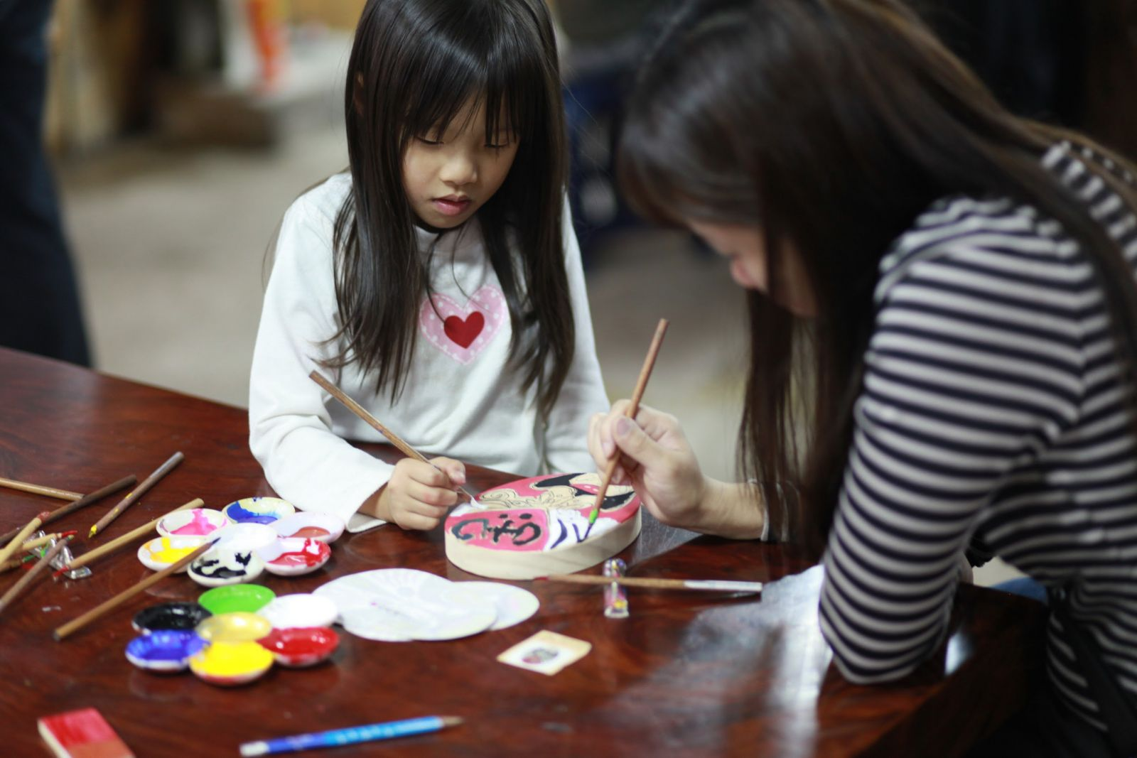 山板樵臉譜文化生活館 母女倆一起畫畫