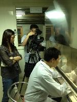 記者採訪製麴中的黃老闆 店家其他3