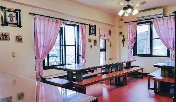 哈客愛門市2F實景-舒適原木桌椅、簡約浪漫 店家其他3