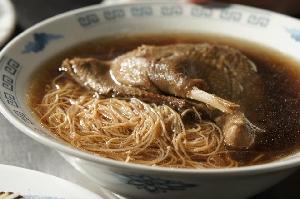 特有的嚼勁,溫潤的鴨肉高湯與中藥清香,在口中交融成濃郁的美味。