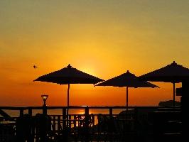 在別墅的景觀庭園或溫馨的客房就可觀賞自海平面緩緩升起美麗炫爛的日出像蛋黃一顆從海平面升起加上欣賞日出之前美麗的晨曦、炫麗 其他圖片2