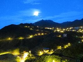 在房間內就可欣賞層層山巒不夜城的美麗景緻。 其他圖片3