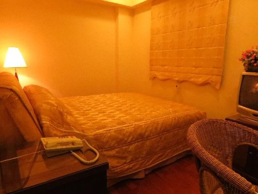 溫馨、精緻、浪漫、高雅的客房, 床是美式舒適上下床墊獨立筒的彈簧床, 窗簾是精緻手工的羅馬簾, 地板是實木柚木地板。 封面圖片