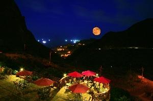 又紅又大的月亮自海平面緩緩升起的瑰麗景色, 非常漂亮且令人讚賞, 以及海天漁火齊閃爍、層層山巒不夜城的美麗景緻! 店家其他2