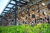 早期的木頭電線桿現裝飾成屏風 店家封面