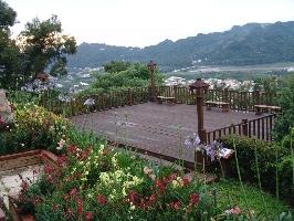 園區位於小山坡上,景觀台擁有180度以上的視野景觀,涼快的樹蔭,微風輕拂,搭配上自然交響樂,來杯下午茶,優閒怡然自得。特