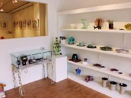 作品展架與金工展櫃,內部為平面與半立體展示區
