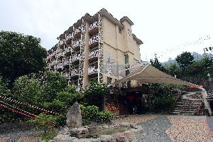具原住民風格的建築外觀,飯店門前有個刻著「谷關之泉」的石碑,旁邊有著名的谷關吊橋,在兩個地標之旁的飯店為谷關溫泉飯店。